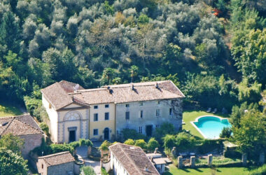 Prime locations of the Tuscany region: authentic chateaus of Cortona vs. resort-style villas of Monte Argentario
