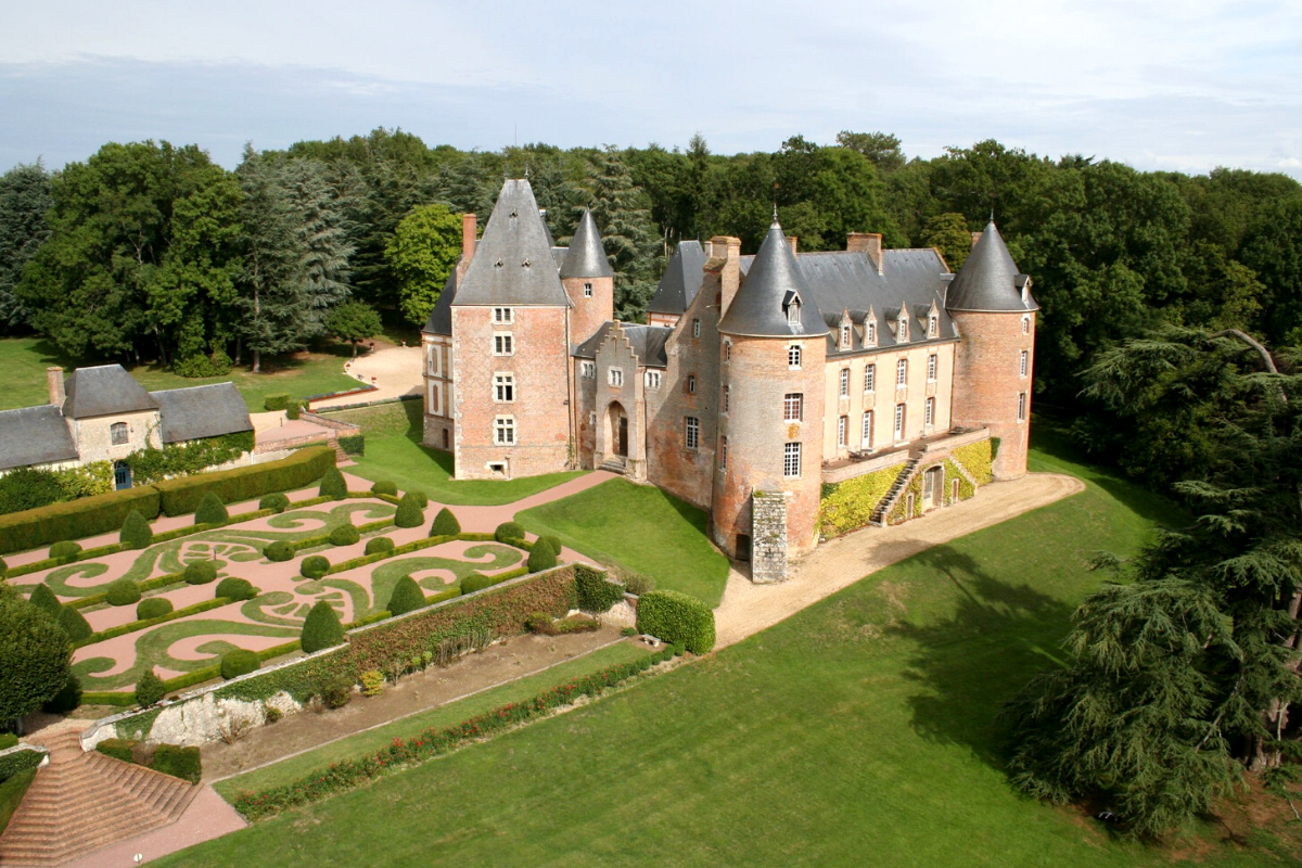 Modern castle houses: A château in perfect condition near Gien, 180 km from Paris, France (approx. US$4,288,234).27