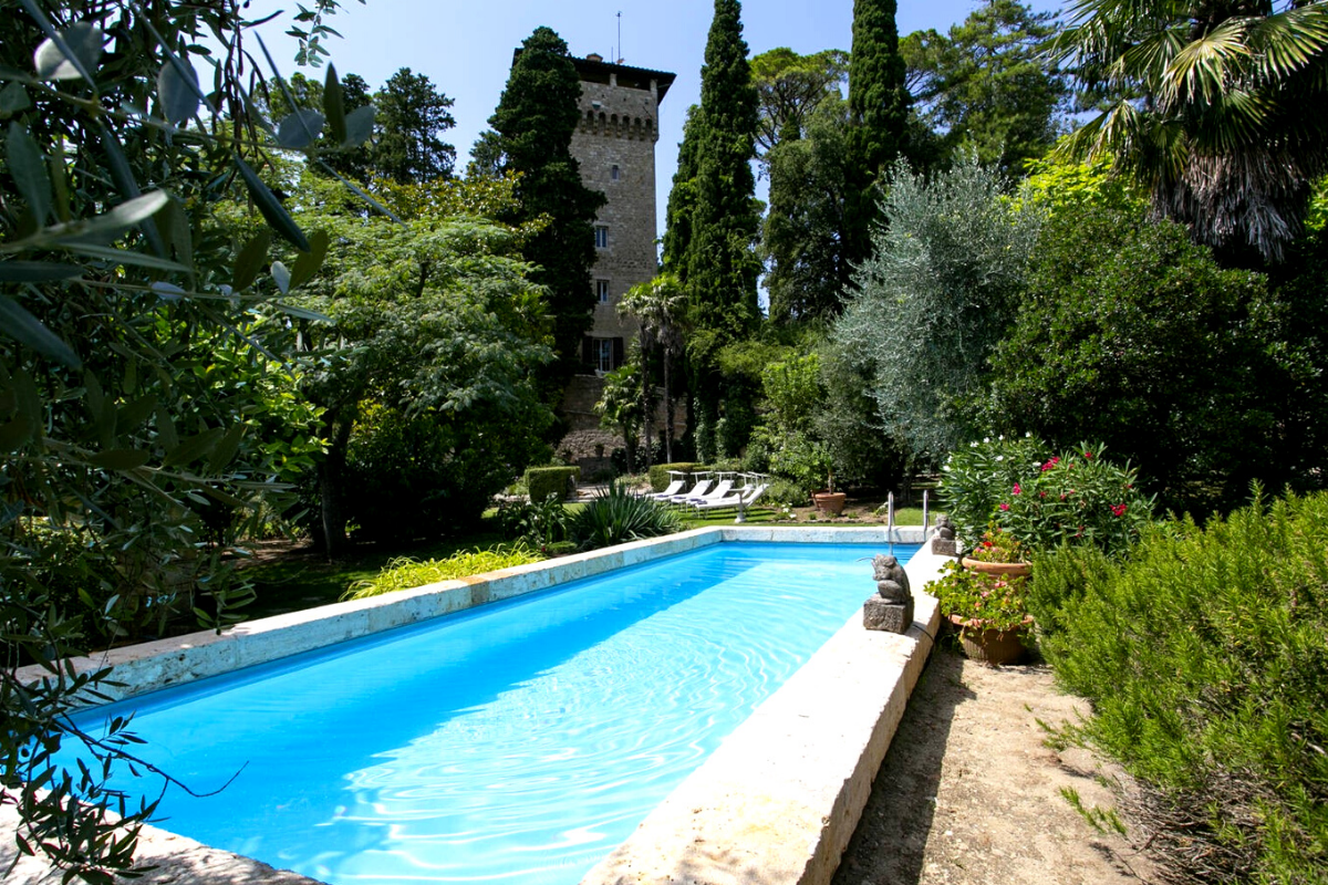 Modern day castles: Castle with a pool in the province of Siena, Italy (US$10,204,447).