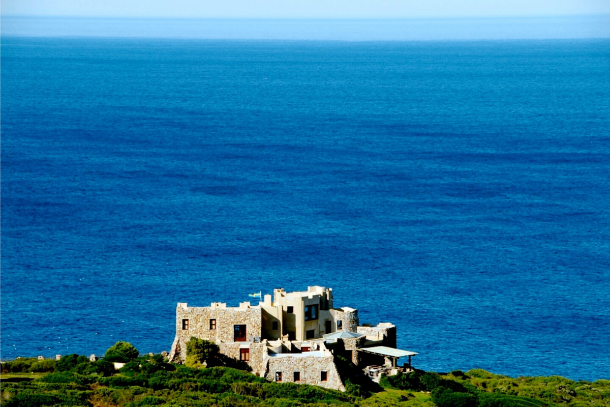 Modern day castles: Castle on a cliff in Western Cape, South Africa (approx. US$4,077,969).