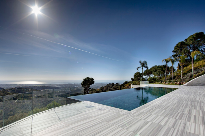 Best infinity pools in the world: one of the best infinity edge plunge pools located in a villa in Marbella, the concentration of the best infinity pools with a view.