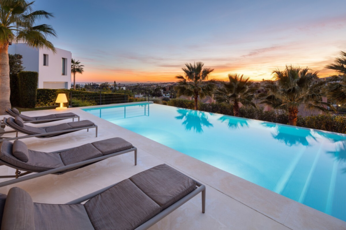 Best infinity pools in the world: one of the best infinity edge plunge pools located in a villa in Nueva Andalucia, the concentration of the best infinity pools with a view.