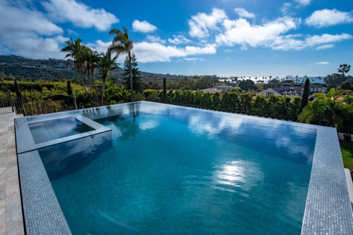 Best infinity pools in the world: one of the best infinity edge plunge pools with a hot tub and a jacuzzi, located in a villa in California, the concentration of the best infinity pools with a view in the USA.