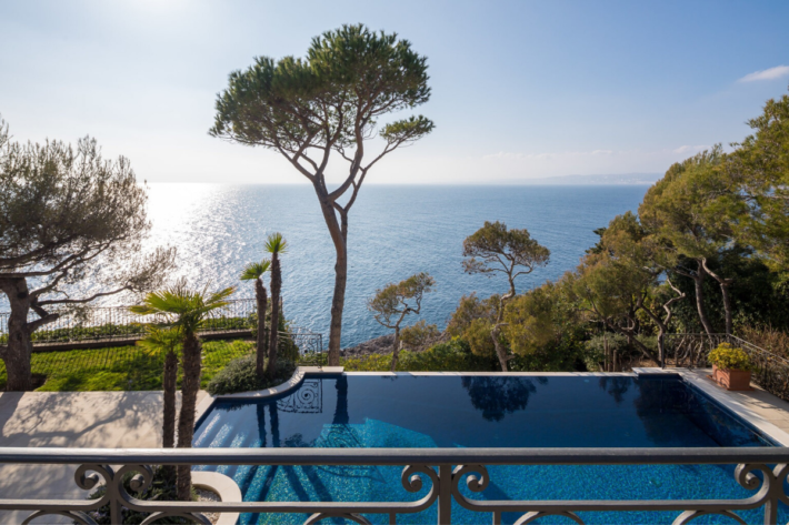 Best infinity pools in the world: one of the best infinity edge plunge pools located in a villa in Saint Jean Cap Ferrat, the concentration of the best infinity pools with a view.