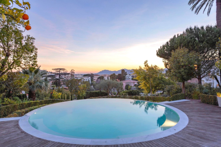 Best infinity pools in the world: one of the best infinity edge plunge pools located in a villa in Grimaud, the concentration of the best infinity pools with a view.