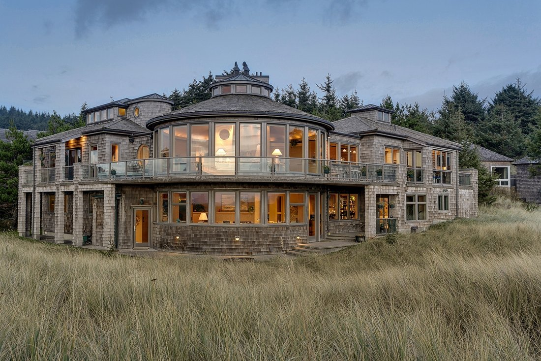 Luxury log cabin homes for sale in Alaska, Vermont and Washington: log cabins with hot tubas and sauna