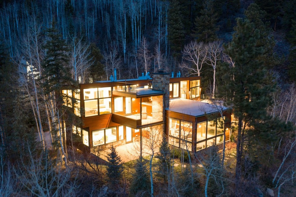 Luxury log cabin homes for sale in the USA and Canada. Plus, pet-friendly log cabins with hot tubs.